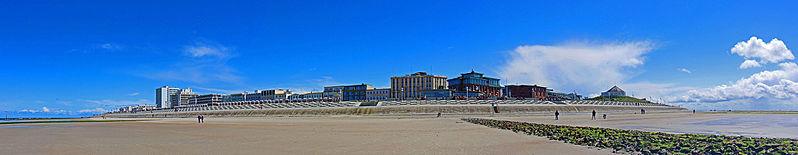 Panoramaansicht Norderneys vom Nord-/Weststrand aus gesehen. V.l.n.r.: Hochhäuser an den Kaiserwiesen, Milchbar und Marienhöhe Quelle Wikipedia Nordenfan